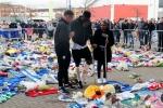 Xúc động cầu thủ vừa chấn thương nặng, chống nạng trở về vĩnh biệt Chủ tịch Leicester