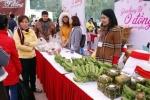 Video: Người nghèo háo hức sắm Tết ở chợ 0 đồng tại Hà Nội