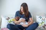 Nữ chuyển giới đầu tiên trên thế giới cho con bú bằng sữa mẹ