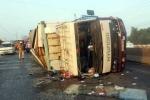 Xe ca đâm xe tải, 11 người thương vong