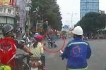 Clip: Cướp giật túi xách, kéo lê cô gái hàng chục mét qua ngã tư ở Sài Gòn