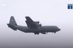 Clip: Máy bay C-130 của Mỹ hạ cánh xuống Nội Bài