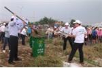 Chủ tịch Đà Nẵng Huỳnh Đức Thơ xuống đường dọn cỏ dại cùng người dân