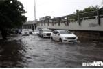 Mưa lớn kéo dài nhiều giờ, nhiều tuyến đường ở TP.HCM ngập lênh láng