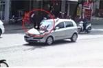 Clip: Khoảnh khắc ô tô tông phụ nữ đi bộ bay lên trời ở Tuyên Quang