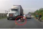 Clip: Ô tô Vios huých ngã xe máy, 2 mẹ con suýt chết dưới bánh container