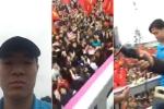 Cầu thủ U23 Việt Nam đứng trên xe buýt 2 tầng, livestream cảm ơn tình cảm của người hâm mộ