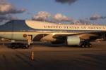 2 máy bay lạ tiếp cận nguy hiểm chuyên cơ của ông Trump