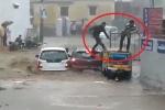 Clip: 4 người nháo nhào thoát thân chỉ vài giây trước khi ô tô bị lũ cuốn phăng