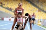 Xúc động hình ảnh 2 nữ VĐV Việt Nam dìu nhau vô địch trên vạch đích