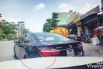 Tài xế Camry lùi xe khó hiểu, va móp đầu Mercedes rồi bỏ chạy
