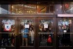 Trốn xếp hàng, khách cải trang thành nhân viên trà trộn mua hàng dịp Black Friday 2017
