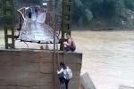Clip: Thót tim xem học sinh ở Phú Thọ leo thang lên cây cầu chờ sập để đi học