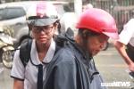 Thi THPT quốc gia 2018: Phụ huynh đội mưa chờ con, thí sinh bật khóc vì đề Toán dài, khó