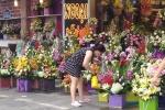 Thị trường quà 8/3: Giá hoa 'sốt' sình sịch, quà tặng khuyến mãi ồ ạt