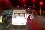 Clip: Nhân viên nhà xe đánh người đi xe máy chở trẻ nhỏ ngã lăn ra đường