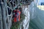 Video: Người chuyên đu dây dọn rác trên vách núi cao 1.500m cực nguy hiểm