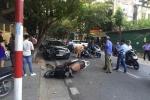 Ô tô mất lái tông 2 xe máy, 4 người nhập viện