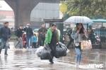 Người dân tay xách nách mang lướt mướt dưới trời mưa rét bắt xe về quê dịp Tết Dương lịch