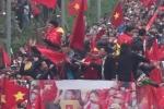 Clip: U23 cuồng nhiệt vẫy cờ, người dân hò hét chạy theo xe buýt diễu hành