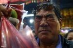 Ảnh: Dòng người nhễ nhại mồ hôi, chen lấn trong lễ chùa Bà Bình Dương