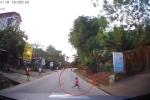Bé gái lao qua đường như tên bắn, suýt chết dưới bánh ô tô