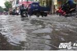 Chỉ sau 1 giờ mưa lớn, nhiều tuyến đường TP.HCM ngập sâu