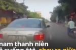 Ô tô suýt bị tông vì tài xế dừng xe giữa đường nhặt tiền