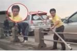Tài xế ô tô tháo dải phân cách trên cầu Thanh Trì để trốn CSGT bị tước giấy phép lái xe 2 tháng