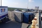 Xe tải lật ngửa chắn ngang cầu Nhật Tân, giao thông ùn tắc kéo dài