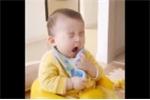 Clip: Bấn loạn trước biểu cảm siêu đáng yêu của cậu bé ngủ gật