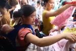 Video: Mẹ địu con ngủ gật đi nhận quần áo sau vụ cháy ở Đê La Thành