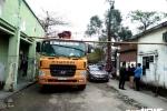 Dân mang gạch đá, sào tre lập chốt chặn đường xe chở vật liệu xây trường mầm non