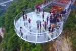 Thót tim đi trên cầu kính lớn nhất thế giới ở Trung Quốc
