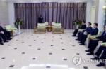 Lãnh đạo Triều Tiên Kim Jong-un lần đầu trực tiếp gặp mặt đoàn quan chức Hàn Quốc