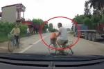 Clip: Đạp xe sang đường không quan sát, suýt bị ô tô đâm