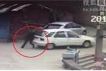 Clip: Cố chặn ô tô trôi tự do, người đàn ông ngã xuống vườn rau chết thảm