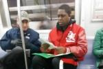 Giúp người lạ làm toán trên tàu điện ngầm, thầy giáo Mỹ được ca ngợi