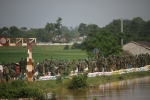 Video flycam: Nước sắp tràn, hàng trăm người căng mình đắp bao cát bảo vệ đê ở Hà Nội