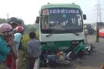 Xe buýt cuốn hàng loạt xe máy vào gầm, nhiều người bị thương