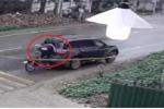Clip: Xe máy phóng như tên lửa, đâm vỡ kính ô tô dừng đột ngột