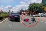 Clip: Mercedes đánh lái xuất thần, 2 người đi xe máy thoát chết trong gang tấc