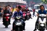 Video: Người Hà Nội không đội mũ bảo hiểm, chạy ngược chiều ngày Tết