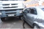 Xe hơi 'đấu đầu' xe tải, quay như chong chóng giữa đường