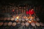 Video: Mục sở thị kho cá niêu đất ngon nức tiếng ở làng Vũ Đại