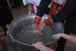 Nhúng em bé thật mạnh xuống nước: Rùng mình xem cảnh rửa tội bạo lực cho trẻ sơ sinh