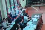Video: Một luật sư liên tục bị yêu cầu rời khỏi phòng xét xử bác sĩ Hoàng Công Lương