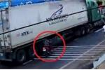 Clip: Nữ 'ninja' sang đường kiểu cảm tử, va vào container hút chết
