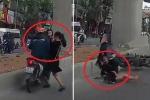 Clip: Xe máy phóng bạt mạng, đâm phụ nữ bế con nhỏ ngã văng
