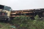 Container lật ngửa gây tai nạn liên hoàn trên cao tốc